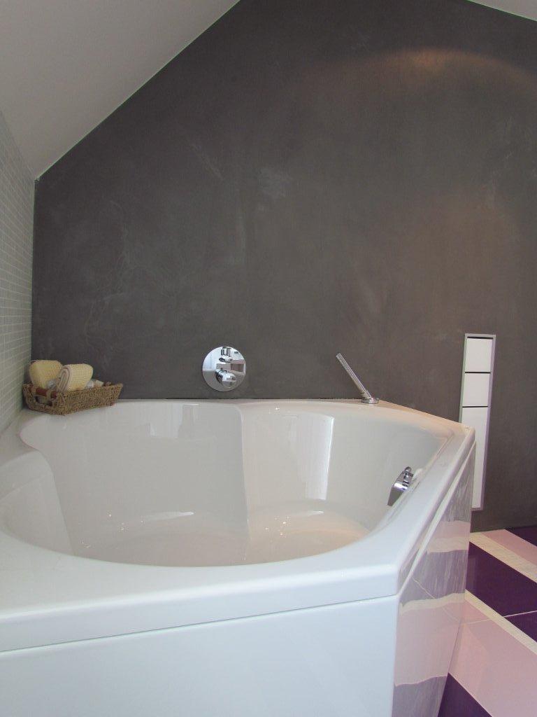 Beton cire als achterwand keuken - Winkelruimte met een badkamer ...