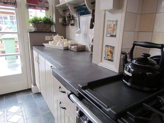 betoncire aanrechtblad in sfeervolle keuken