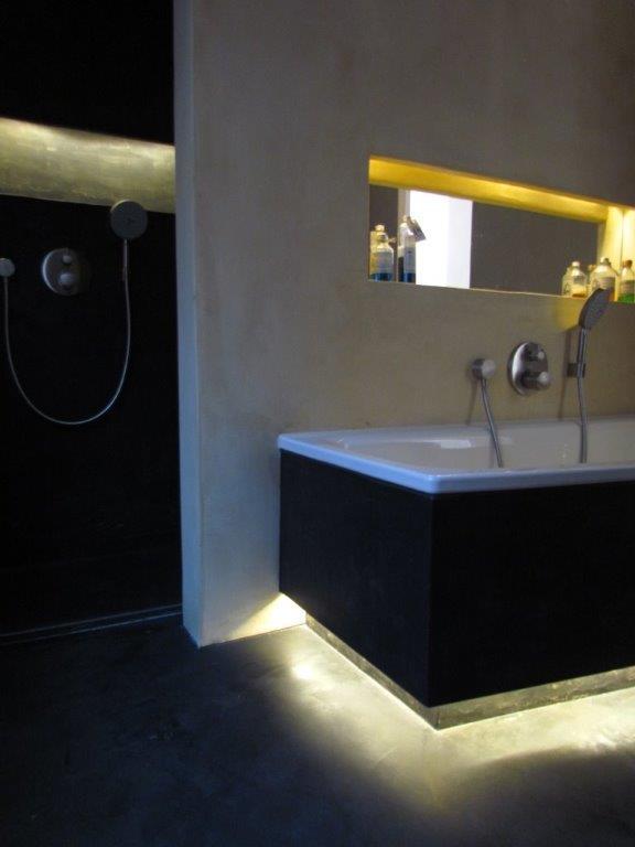 Badkamer uitgevoerd in Beton ciré en licht effecten