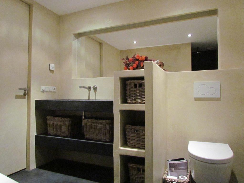 Badkamer met inloopdouche uitgevoerd in Beton ciré met bijzondere ...